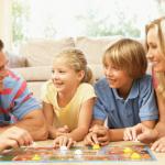 5 jeux de sociétés qui créeront l'ambiance durant vos soirées en famille